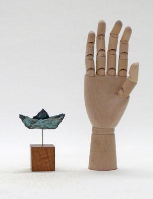 miniboot aus Pappmache mit Bronzepatina- montiert auf geölten Sockel aus Eiche  - 10 x 8 x 2,5 cm (HxBxT) - Titel: winzige Reise