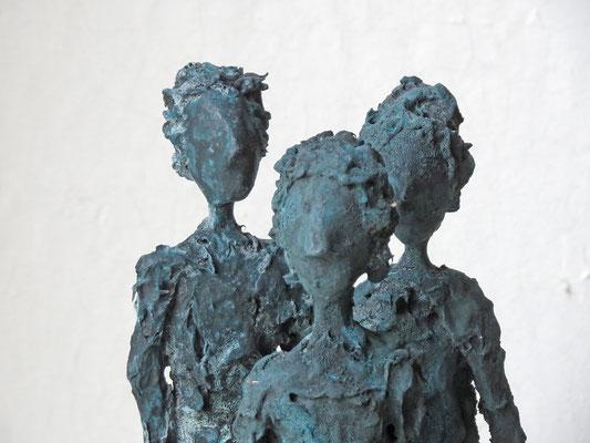Figurengruppe aus Cartapesta mit Bronzepatina (Detail) - montiert auf Sockel aus geölter Eiche - Größe ca. 35 cm  -  Titel: Gemeinsam in eine Richtung - verkauft -