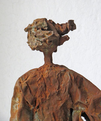 Figur aus Cartapesta mit Eisenpatina (Detail) - montiert auf Sockel aus geölter Eiche - Größe ca. 69 cm  - Titel: Wind