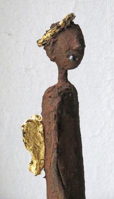 Engel aus Papiermachemit echter Eisenpatina (Detail), gebrochen blattvergoldet (24 karat)  montiert auf Sockel aus geölter Eiche- Größe ca. 54 cm  - Titel: B-Ware  - verkauft -