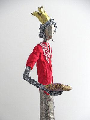 Große Skulptur aus Pappmache - montiert auf geölten Sockel aus Eiche - Größe ca. 96 cm  -Titel: Prinzessin auf der Erbse