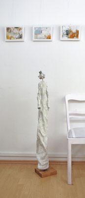 Große Königin-Skulptur aus Pappmache -  montiert auf Sockel aus geölter stabverleimter Eiche - Größe ca. 115 cm  - Titel: Nördliche Krone