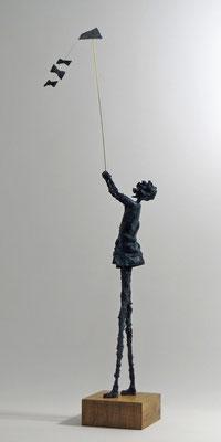 Figur aus Cartapesta mit Bronzepatina - montiert auf Sockel aus geölter Eiche - Größe ca.74cm  - Titel: Drachen steigen lassen