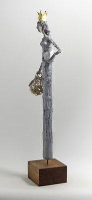 Skulptur aus Pappmache - montiert auf geölten Sockel aus Nussbaum- Größe ca. 56 cm  - Titel: Die Königstocher geht shoppen -verkauft-