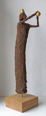 Skulptur  Pappmache mit Eisenpatina (Detail) - Krone und Kugel gebrochen  blattvergoldet (24 karat)  - montiert auf Sockel aus geölter Eiche - Größe ca. 49 cm -Titel: königliche Ballspiele