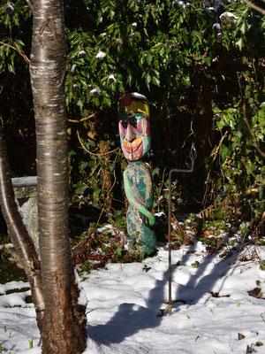 die Holzfigur plötzlich wieder im Schnee