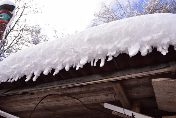 der Schnee wächst unter das Dach