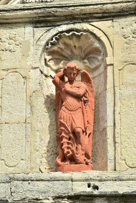 Figur über dem Kirchenportal
