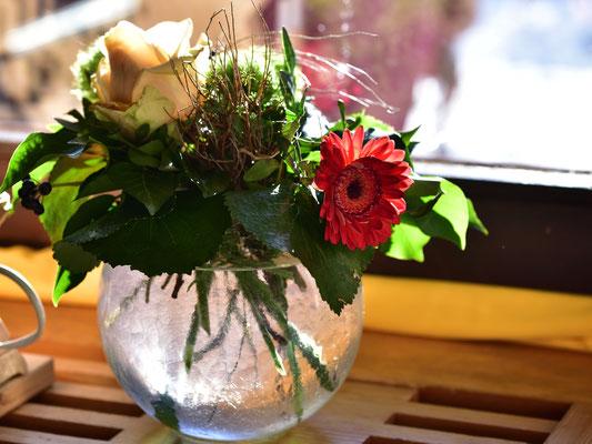Blumenstrauß am Fenster im strahlenden Sonnenschein