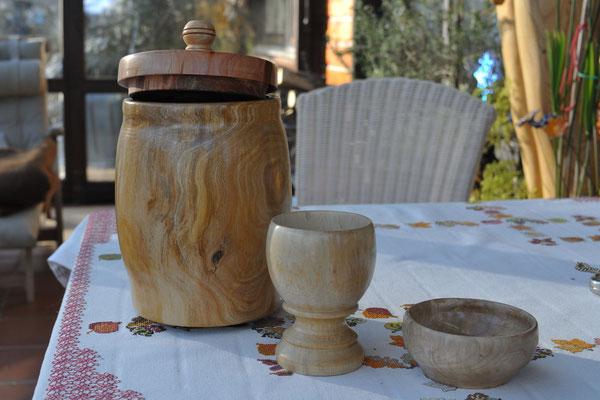 Schale, Kelch und fassähnlicher Behälter mit Deckel (Kelch-Apfelbaum, Deckel-Zwetschge)