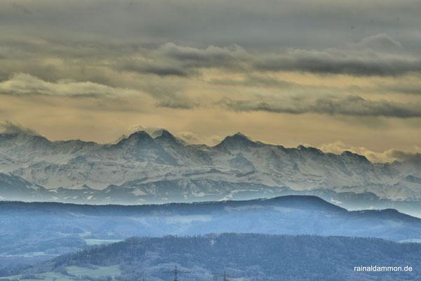 Eiger Mönch und Jungfrau vom Naturfreundehaus am Abhau gesehen, am  8.Februar 2016 um etwa 11:00Uhr