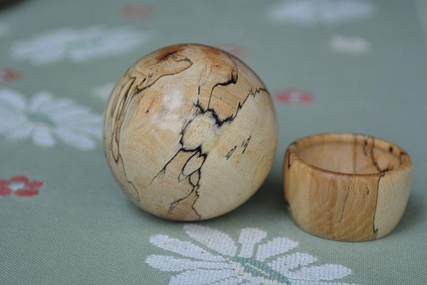 nicht nur die Kugel, auch die kleine Schale hat schöne Zeichnung im Holz