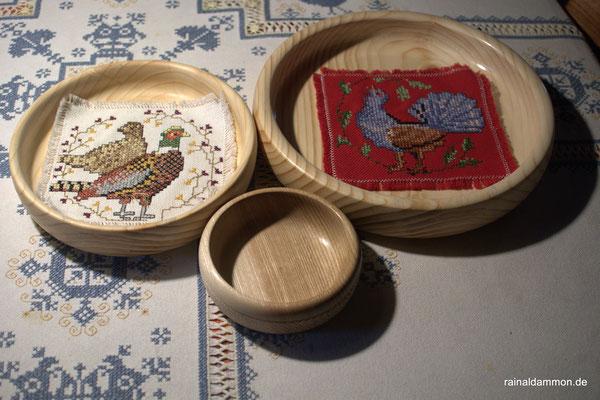 3 Schalen 25cm, 20cm, 15cm Durchmesser mit gestickten Deckchen