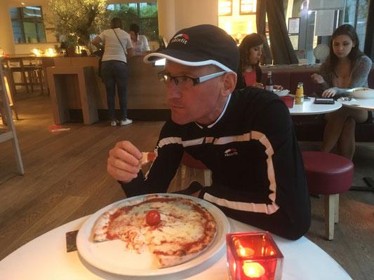 """Daniel zweites Abendessen - Pizza Margerita im Restaurant """"Vapiano"""""""