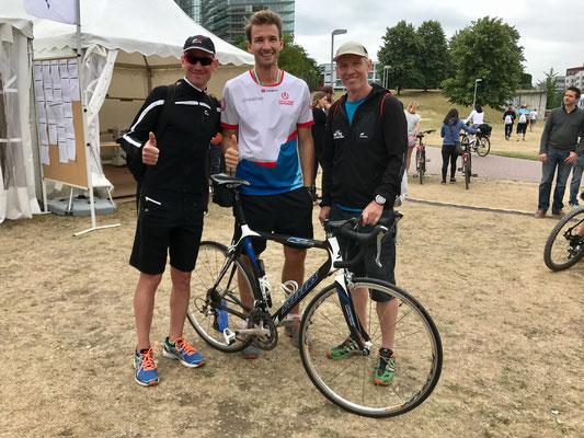 Danke an Christian Braun (Mitte), welcher Daniel sein Rennrad für den Wettkampf zur Verfügung stellte