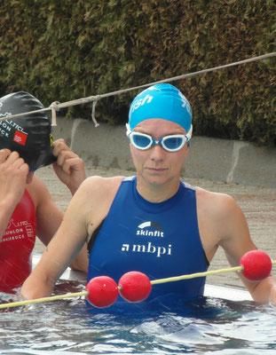 Nicole Klingler beim Schwimmstart