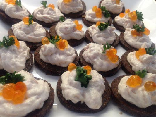 Pumpernickel mit einer Forellen-Meerretich-Creme, Petersilie und Kaviar