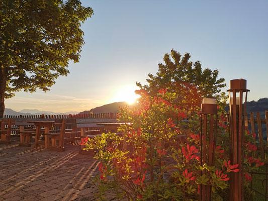 Stimmungsvoller Sonnenunergang auf unserer PanoramaTerrasse