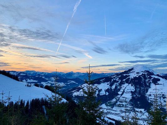 Stimmungsvoller Sonnenuntergang mit sagenhaften Weitblick