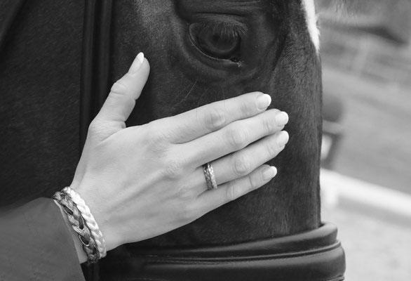Ringe und Armreif mit Pferdehaarstruktur aus Gold und Silber