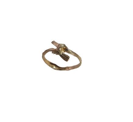 Ring mit Pferdehaarstruktur aus 14 oder 18 karat Rotgold, ab 170 Euro
