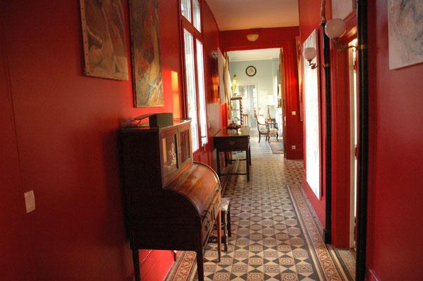 les Chambres de l'Abbaye. Couloir. carreaux ciment