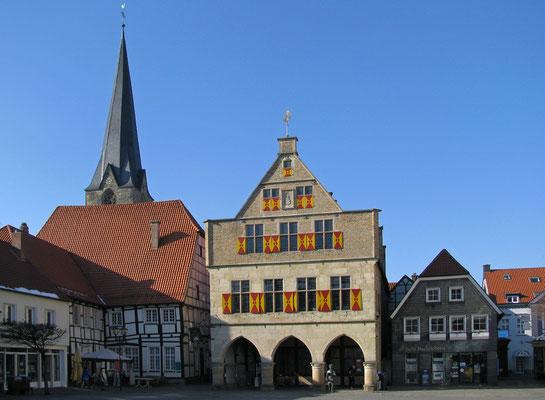 Rathaus - im Hintergrund die Christoporuskirche