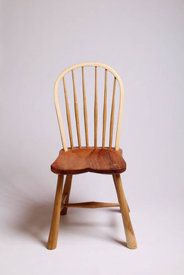 Stuhl mit gebogener Rückenlehne und massivem Ulmensitz