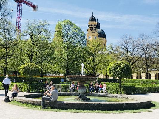 No Jardim do Residenz (Palácio dos Reis Bávaros), a hora do almoço precisa ser do lado de fora. Lanches e almoços se tornam piqueniques espontâneos.