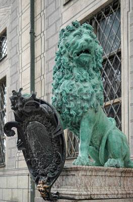 Na entrada da Residência dos Reis Bávaros é tradição tocar o leão para boa sorte