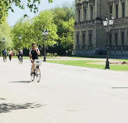 Pelos Jardins da Residência dos Reis Bávaros, as bicicletas não param de passar.