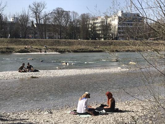 À beira do rio Isar em Munique, em começo de abril. Com o retorno do sol, logo as pessoas procuram natureza.