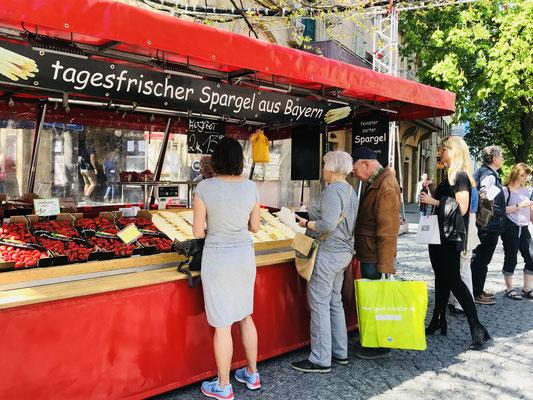 Fila para comprar aspargos fresquinhos no centro de Munique.