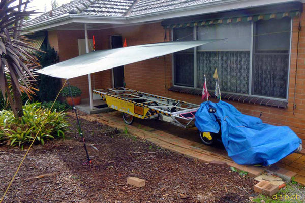 AU: Solatrike unter provisorischem Tarp, als Werkstatt, bekommt neue Solarmodule