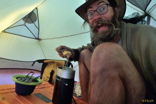AU:Abendessen im Zelt mit Box als Tisch