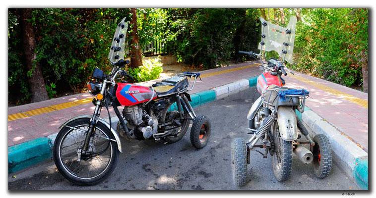 Iran. Isfahan. Motorrad mit Stützräder