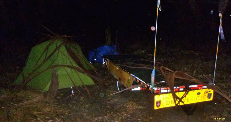 AU: Solatrike getarnt im Camp neben der Strasse