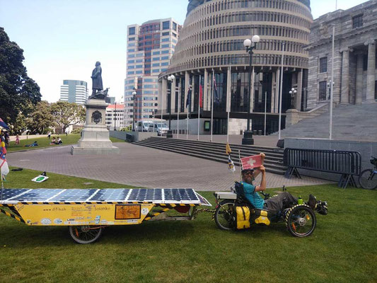 NZ: Wellington in front of the Beehive (Photo: Ismene)