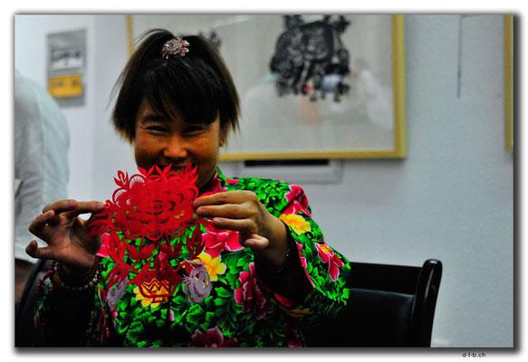 CN02779Hohhot.Inner Mongolian Art Gallery.Scherenschnittkünstlerin