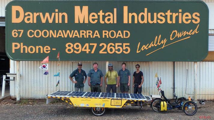 AU: Solatrike mit fertig gestelltem Anhänger in Darwin. Vor Darwin Metal Industries mit Arbeiter.