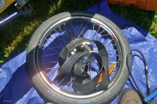 NZ: Reifenpanne im Anhänger des Solatrike. Schlauch wechseln