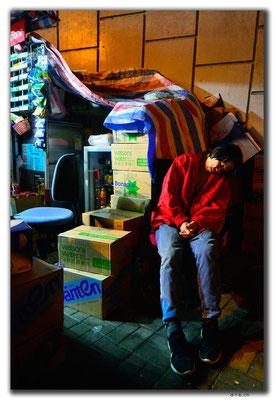 HK0061.Eingeschlafenen Standfrau