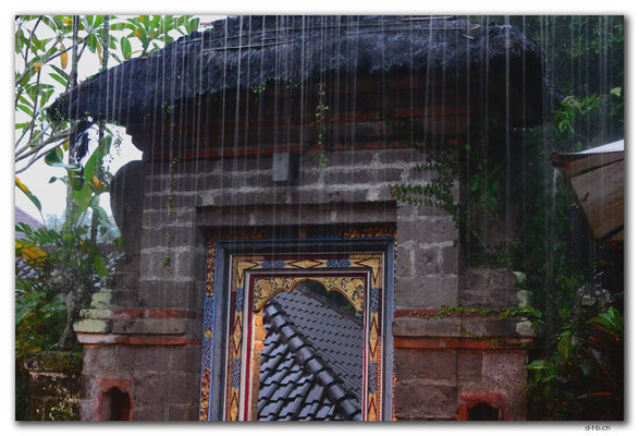 ID0144.Ubud.Tor im Regen