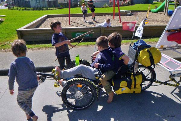 NZ: Solatrike wird in Awanui von Kindern belagert