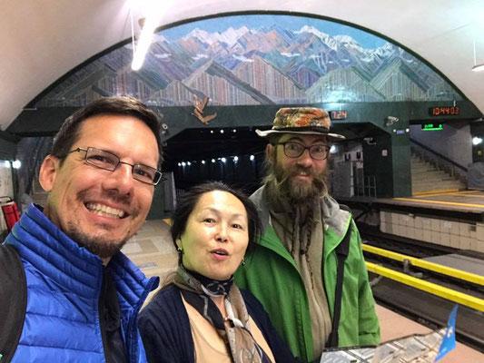 KZ: Almaty Metro mit Tobias und Gulmi (Foto: Tobias)