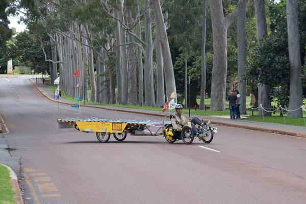 AU: Perth. Kings Park crossing the road (Photo: Tom Hogarth)