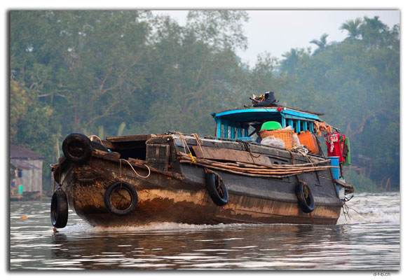 VN0361.Handelsschiff am Mekong