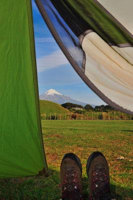 NZ: Aussicht aus dem Zelt zum Mt.Taranaki
