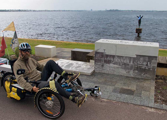 AU: Perth at Eliza Statue (Photo: Tom Hogarth)