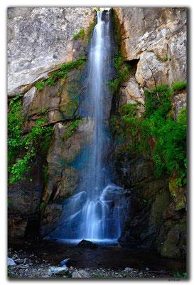 TR0987.Wasserfall an der Küste